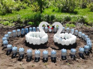 Как сделать клумбу из пластиковых бутылок?